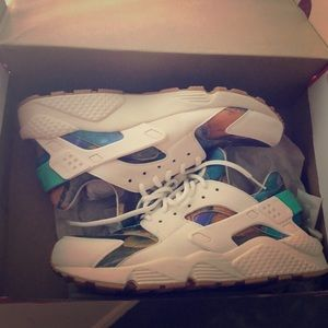 Nike Shoes - Nike Air Huarache Run Print